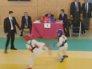 Robin en bleu mène 7 à 0 .... encore 5 secondes pour empocher la médaille!